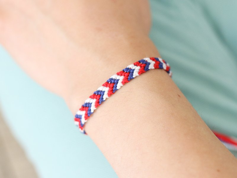 Lorsque le bracelet est terminé, noue-le à ton poignet!