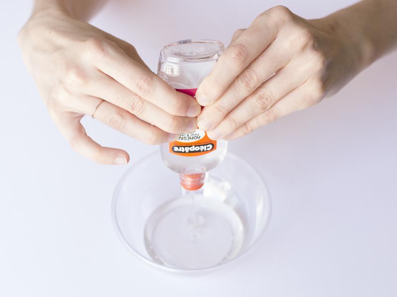 Verse le pot de colle dans un bol.