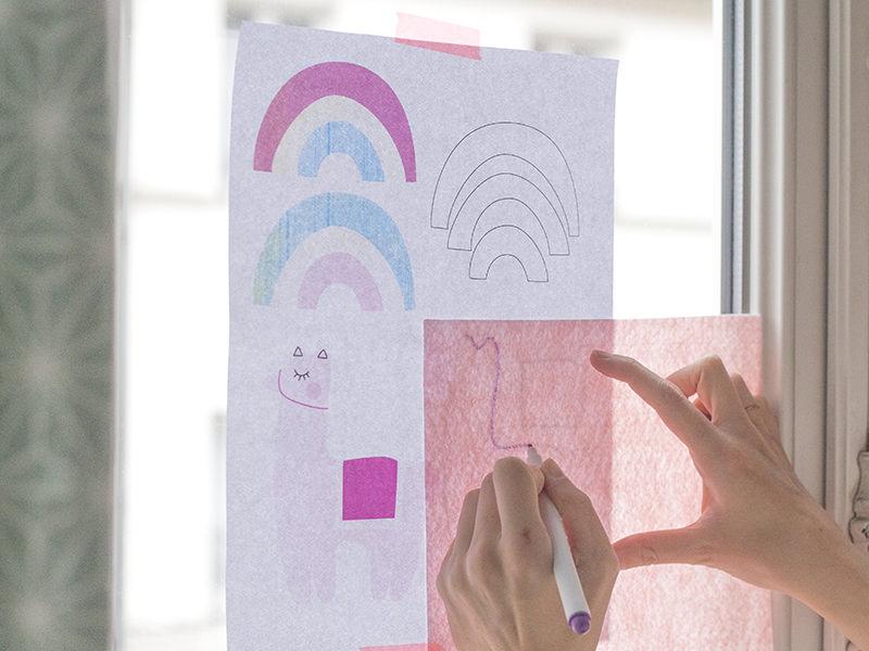 Décalquez vos motifs sur la plaque de feutrine avec un feutre tissu effaçable, à la lumière pour les plaques de couleur claires...