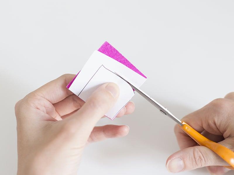 Pour les plaques plus foncées, vous pouvez les découper directement en plaçant le modèle sur la feutrine.