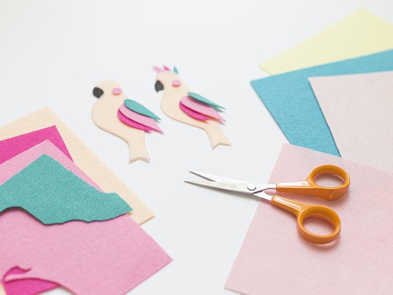 Pour le perroquets, superposez les différentes couleurs de plume.