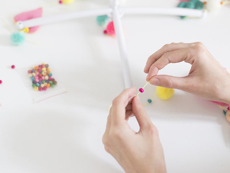 Puis enfilezune ou plusieurs perles en fonction de votre assemblage.
