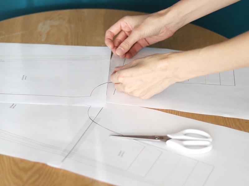 Scotchez les pages pour relier votre patron de couture.