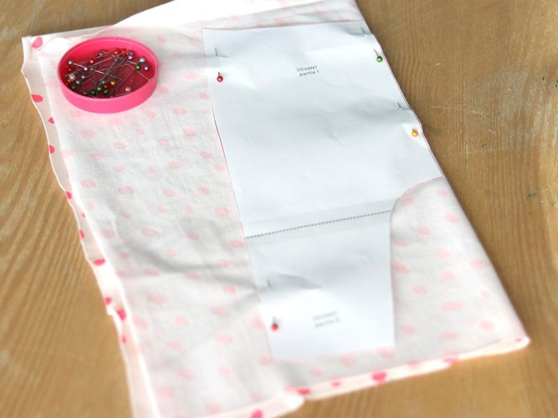 Pliez votre tissu jersey en 2, coté imprimé à l'intérieur, puis épinglez lepatron du devant.