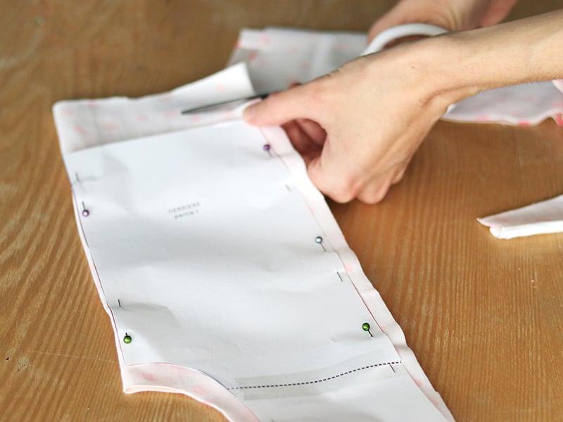Découpez votre tissu à 1 cm du bord.