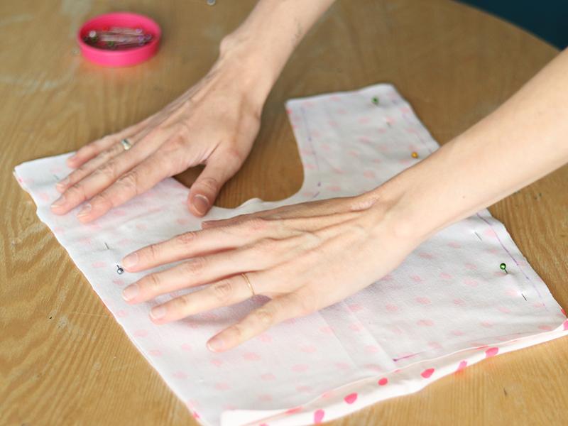 Dépliez vos deux morceaux de tissu, puis positionnez-les face contre face et épinglez-les.