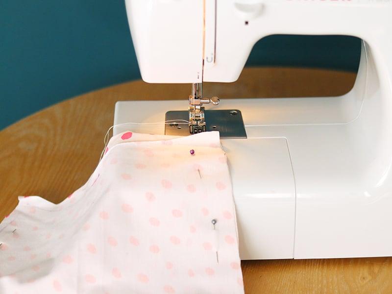 A l'aide de la machine à coudre, cousez les deux côtés latéraux du leggingen faisant une couture droite à 1 cm du bord. Une fois terminé, nous vous conseillons de surfiler les côtés en réalisant un point zigzag afin d'obtenir une couture nette et éviterque votre tissu ne s'effiloche.