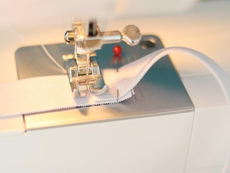 Il faut maintenant créer la ceinture élastiquée ! Pour cela, reliez les deux extrémités de votre bande élastique pour faire une boucle.