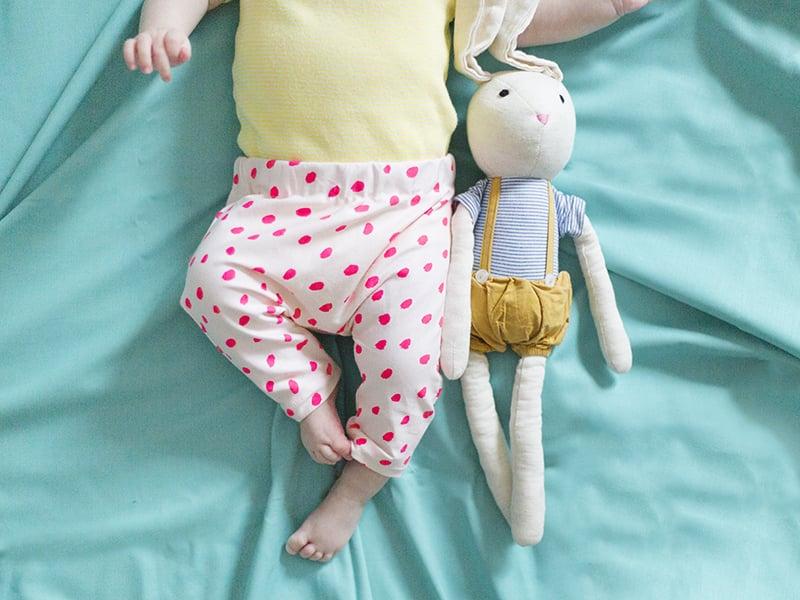 Retournez-votre pantalon sur l'endroit, il est terminé ! Il ne reste plus qu'à l'enfiler sur les jambes rondouillettes de votre bébé !