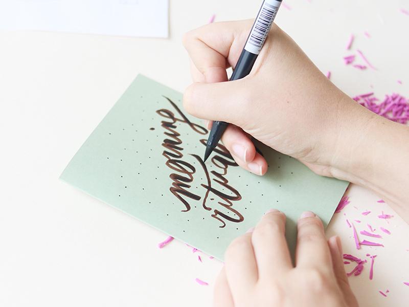 Vous pouvez décorer une carte en Lettering grâce à un feutre pinceau.