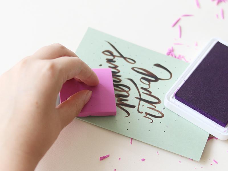 Pour finir, transférez le tampon sur la carte en appuyant une fois de plus assez fort pour que le motif sereproduise correctement!