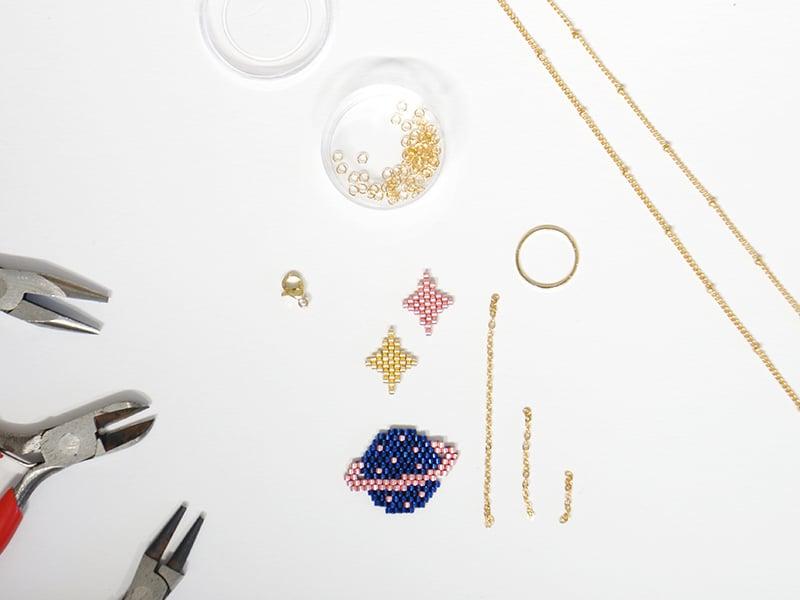Réalisez 3 tissages brick stitch en perles miyuki, 2 étoiles et 1 planète.