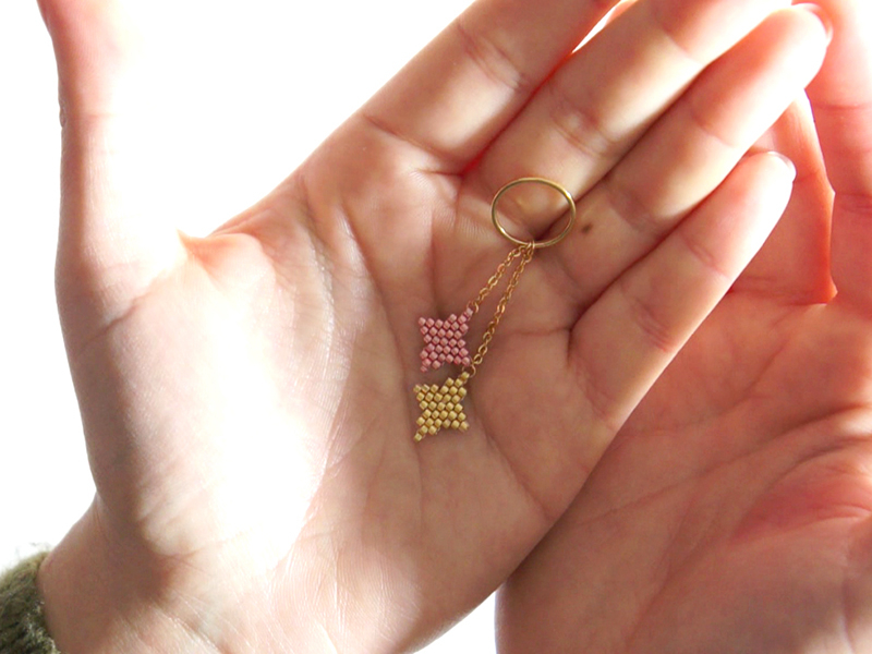 Glissez y le grand anneau doré puis refermez l'anneau à l'aide de pinces plates