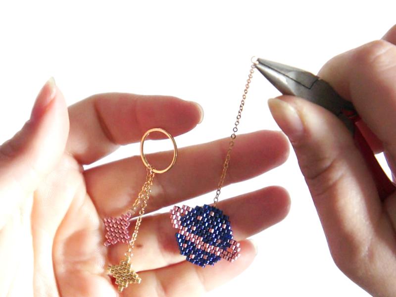 Al'extrémité de cette chaîne, insérez un autre anneau ouvert