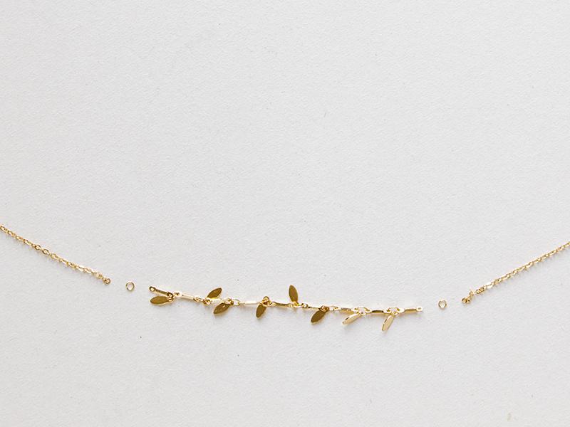 Pour le collier du milieu, vous pouvez utiliser deux chaînes différentes: une simple et une fantaisie, ici avec des petites pendeloques.Coupez 9 cm de chaîne fantaisie et joignez la à deux bouts de chaîne de 20 cm, avec des anneaux, comme sur la photo.
