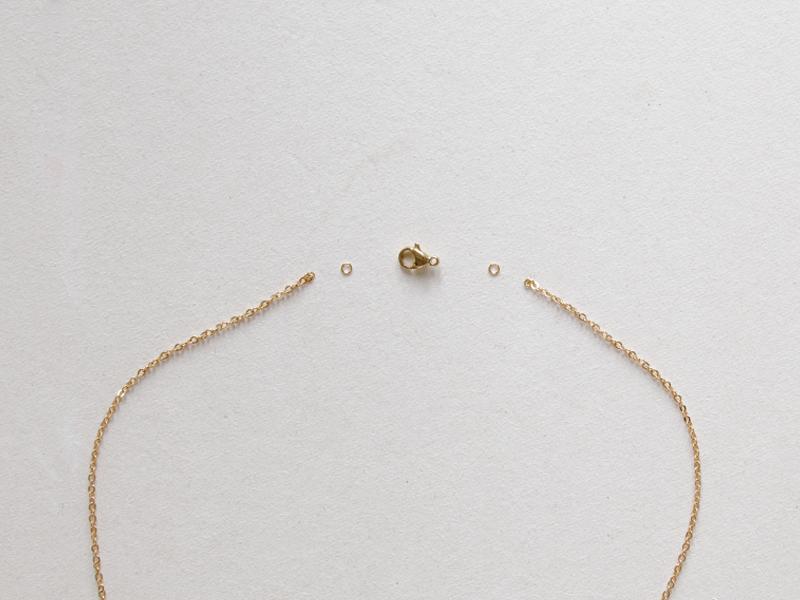 Fermez ensuite ce collier avec un anneau de chaque côté et un fermoir mousqueton.