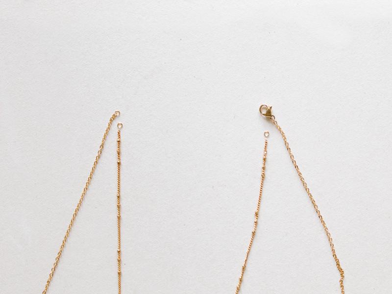 Pour le collier ras de cou, utilisez une chaîne de votre choix, ici, simple avec des petites perles et ajoutez-y deux petits anneaux à chaque extrémité.