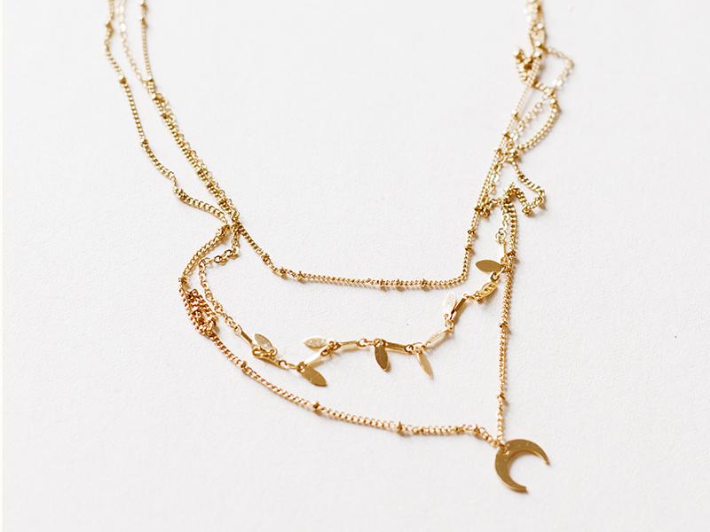 Attachez les 3 colliers ensemble, sur le même fermoir pour obtenir votre collier mutlirang.
