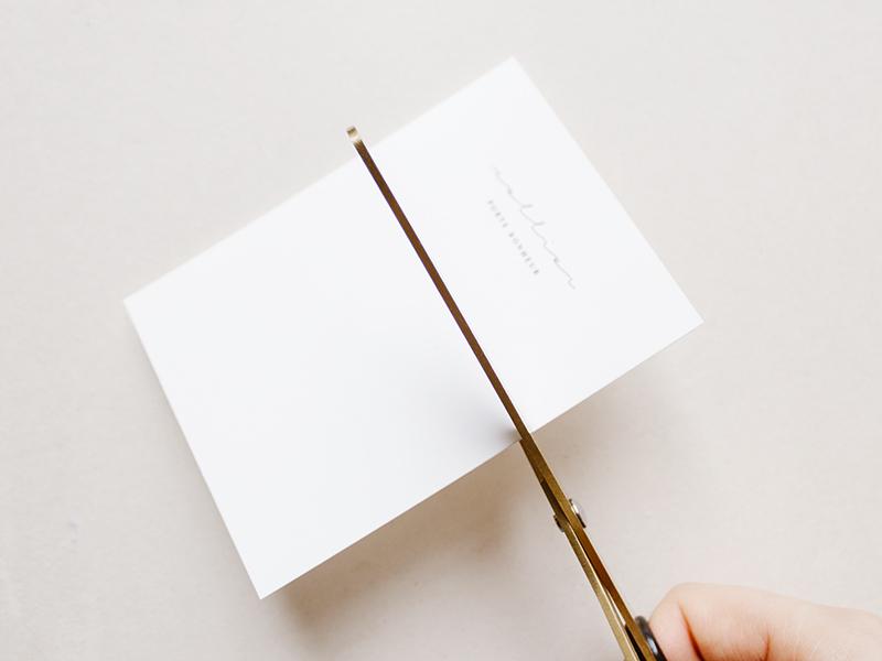 Coupez deux petites fentes de chaque côté du carton.
