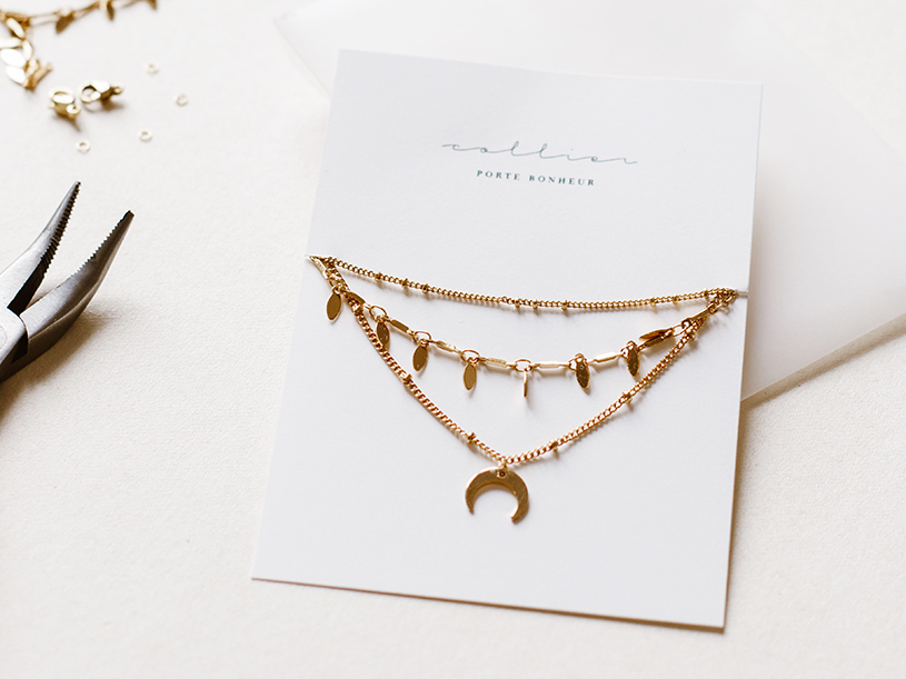 Installez votre collier multirang en le coinçant dans les fentes.