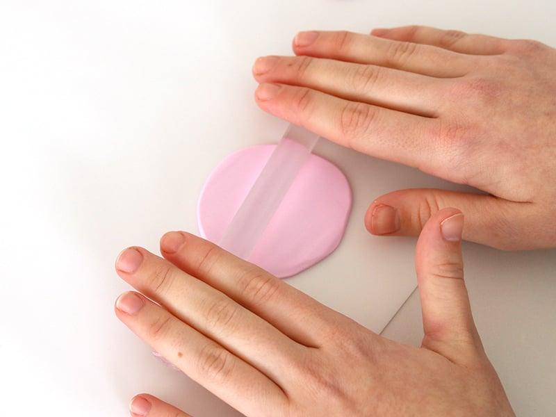 Étaler la boule rose finement et la marron plus épaisse.
