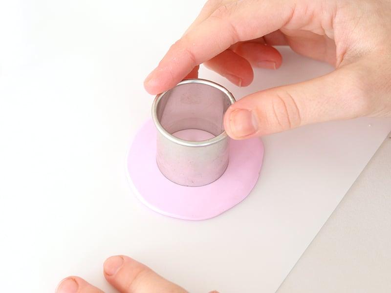 Avec un emporte pièce rond faire des cercles dans la pâte rose 4 fois.