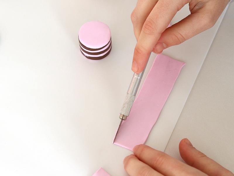 Avec le scalpel découper les contours pour former un rectangle.