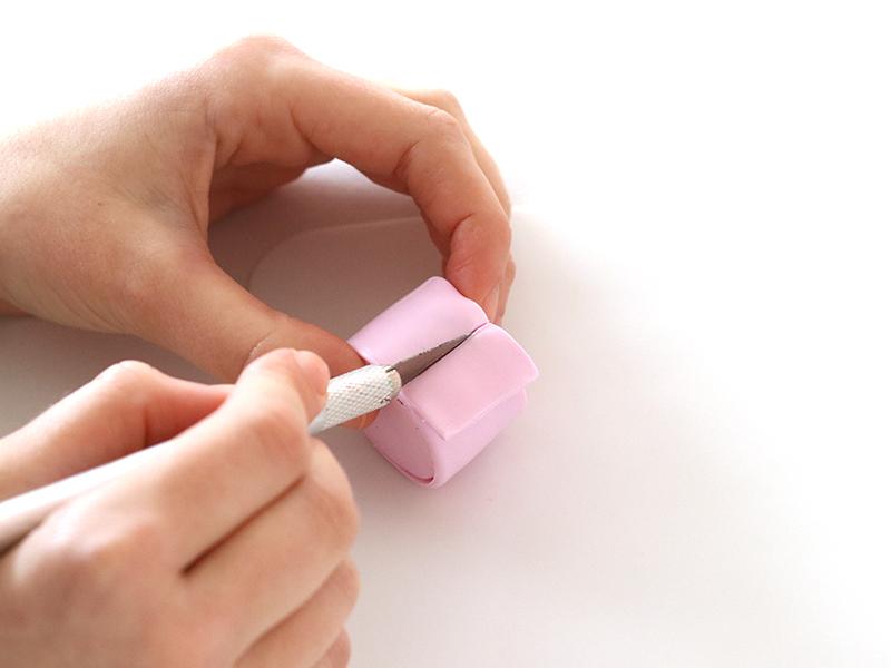 Découper l'excédant à l'aide du scalpel