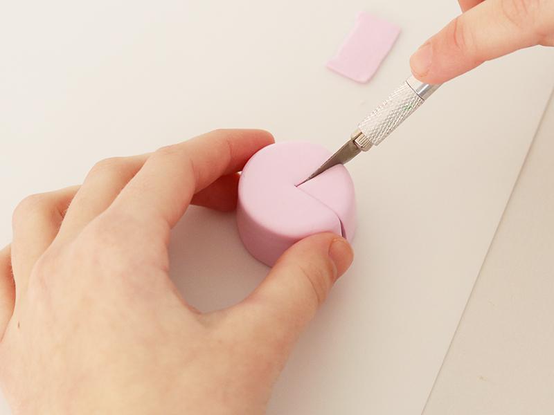 Découper délicatement (pour ne pas que le motif bave) à l'aide du scalpel une ou plusieurs part dans le gâteau.