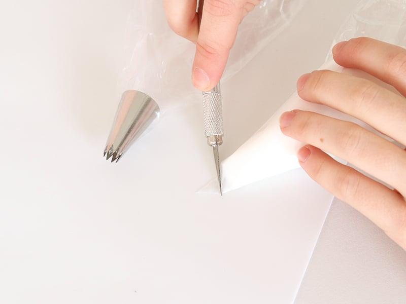 À l'aide du scalpel découper le bout de chaque poche à douille. Attention à ne pas trop couper !
