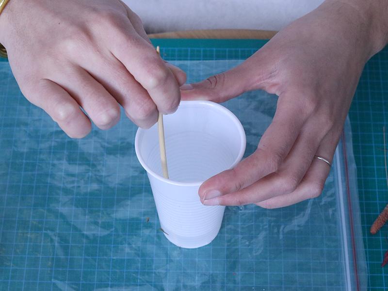 Versez la résine dans un verre en plastique ( ou autre récipient jetable ) et mélangez.