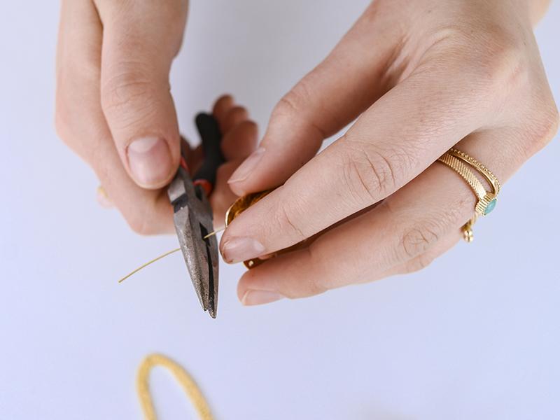 Coupez le clou de façon à ce qu'il ne reste qu'un bout pour former une boucle.