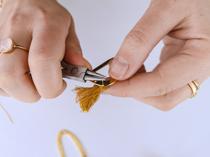 A l'aide de la pince ronde,repliez le bout de la tige pour former un anneau.