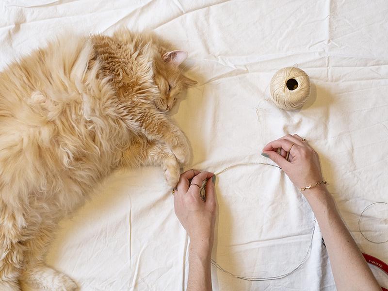 À présent, recouvrez vos deux cercles de fil Essentials Crochet, c'est l'étape la plus longue de ce DIY…