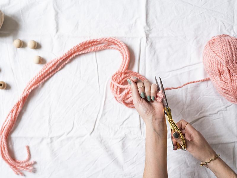 Commencer à couper les franges de votre suspension végétale. Choisissez la longueur souhaitée en pensant bien que celle-ci sera divisée par deux quand nous accrochons le fil. (Il sera doublé et non simple). Il vous faudra couper 12 morceaux.