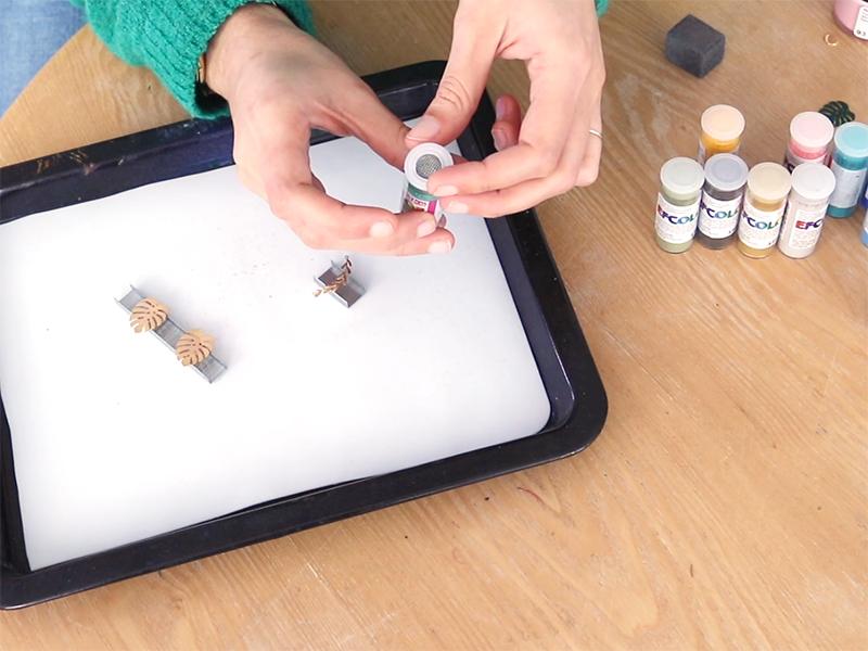 Installez le tamis sur le pot de poudre de couleur de votre choix et enfoncez le bien.