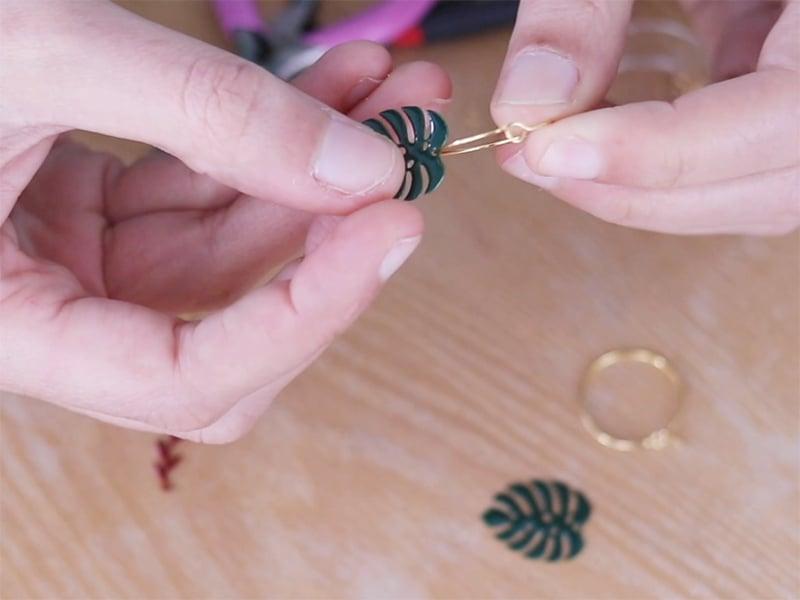 Pour les boucles d'oreilles, enfilez les pendentifs Monstera sur les créoles.