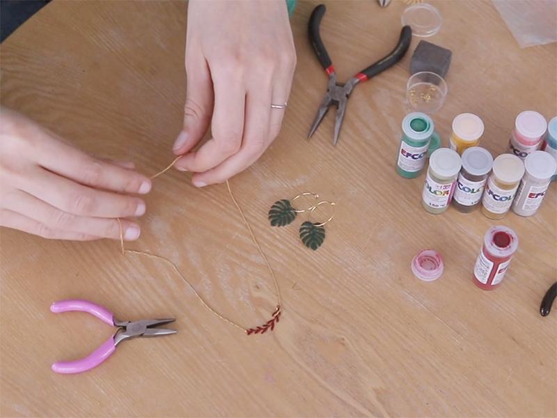 Pour le collier, coupez 40 cm de chaîne en deux, accrochez le pendentif avec des anneaux, puis le fermoir.