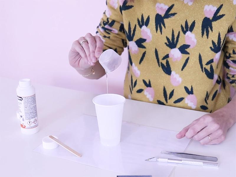 Mélangez dans un gobelet en plastique 1 dose de résine A et 2 doses de résine B.