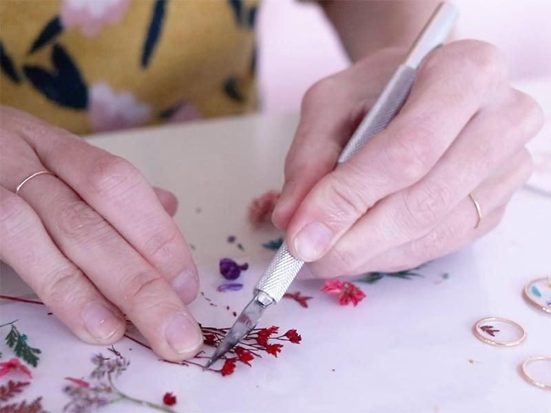 Découpez des tout petits bouts de fleurs séchées avec un scalpel.