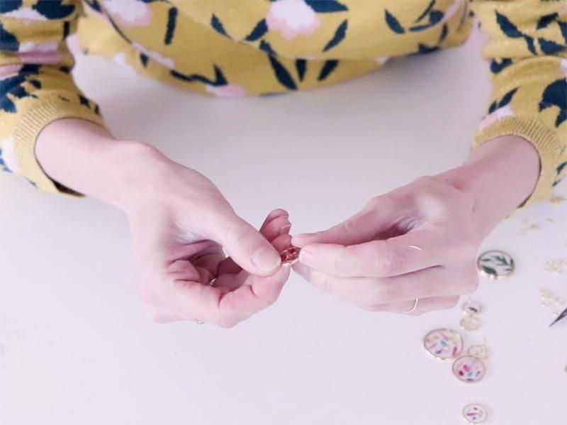 24h plus tard, vous pouvez retirer les bijoux du support. Si la résine a dépassé, vous pouvez gratter les bords avec vos ongles, elle s'enlève très bien!
