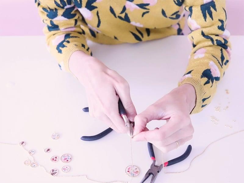 Coupez un bout de chaîne de la longueur souhaitée pour faire le collier.