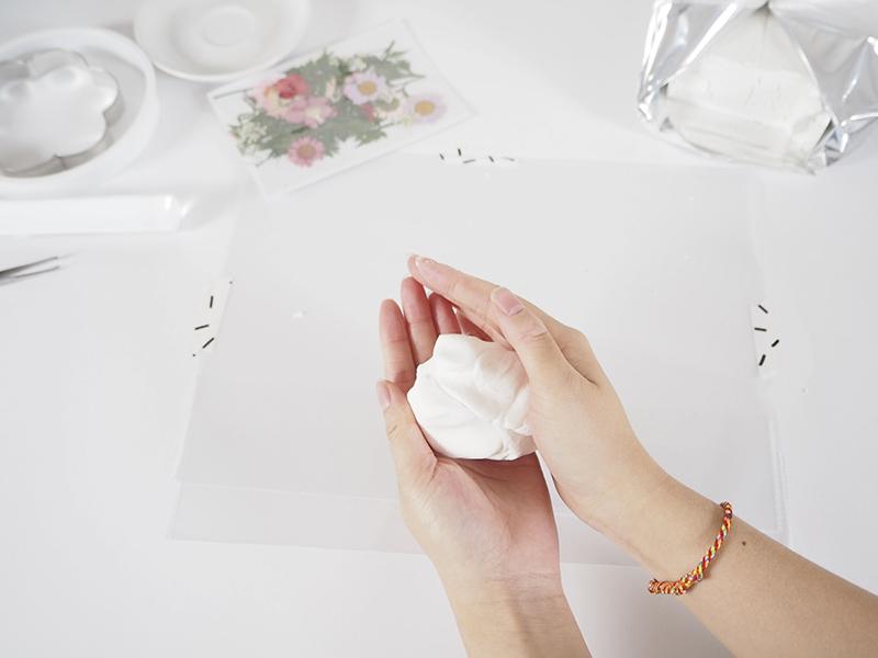 Malaxez un morceau de pâte fimo airlight (environ 1/6 du pain°) jusqu'à ce qu'elle devienne humide et formez une boule.