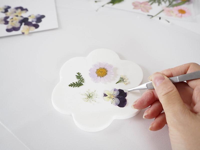 Déposez vos fleurs sur la pâte, à l'aide d'une pince fine ou d'une pince à épiler.