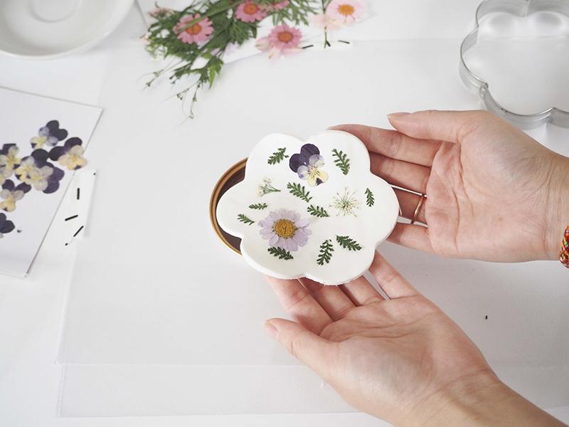 Déposez ensuite votre pâte fleurie sur une coupelle incurvée pour qu'elle prenne la forme souhaitée.