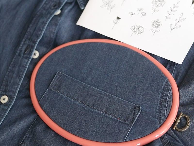 Placez votre tambour à l'endroit où vous souhaitez broder, ici, au dessus de la poche et tirez bien le tissu.
