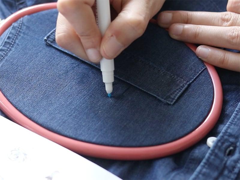 Dessinez votre motif avec un stylo effaçable pour tissu.