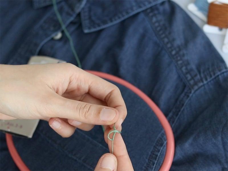 Dédoublez vos fils en 3 brins et faites un noeud au bout.