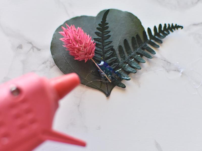 Déposez ensuite vos autres fleurs sur la colle encore bien chaude.