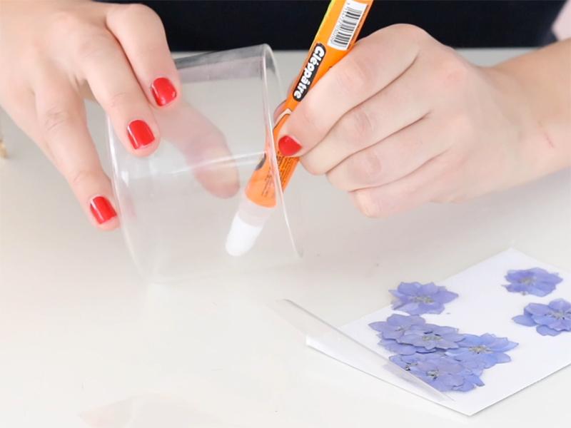 Pendant ce temps décorez votre verre. Pour cela, déposez de la colle à l'intérieur du verre.
